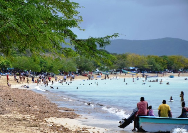 Pleito en playa La Ensenada deja dos heridos y 14 apresados por ...